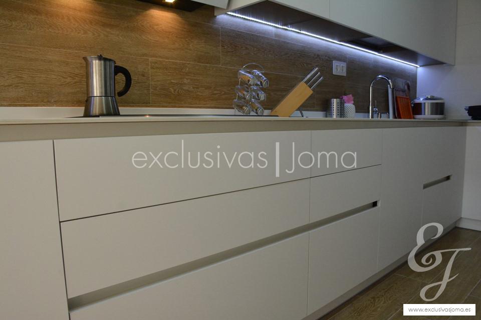 exclusivas-jomaantalia-cocinastecklamlevantinatechlam-blanco-de-dietrich-elica-campanasceramica-saloni-muebles-blancos-mate