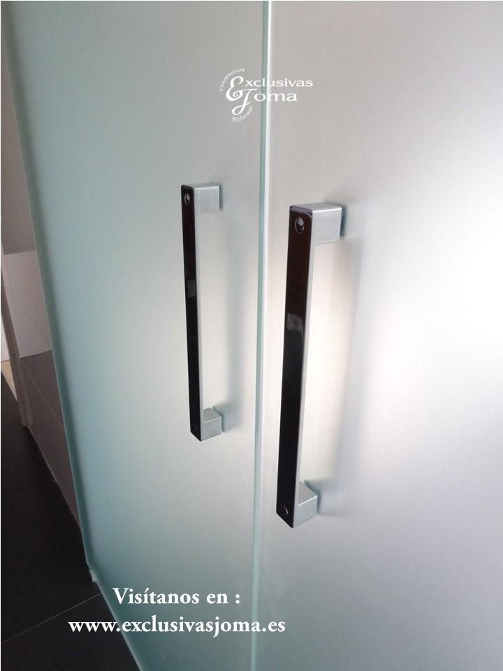 Unas buenas puertas de cristal te ayudaran a separar los ambientes de tu casa, en este caso separamos la cocina del comedor de una buena forma en Tres Cantos