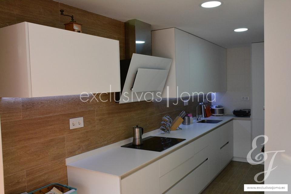exclusivas-jomaantalia-cocinastecklamlevantinatechlam-blanco-de-dietrich-elica-campanasceramica-saloni-muebles-blancos-mate-3