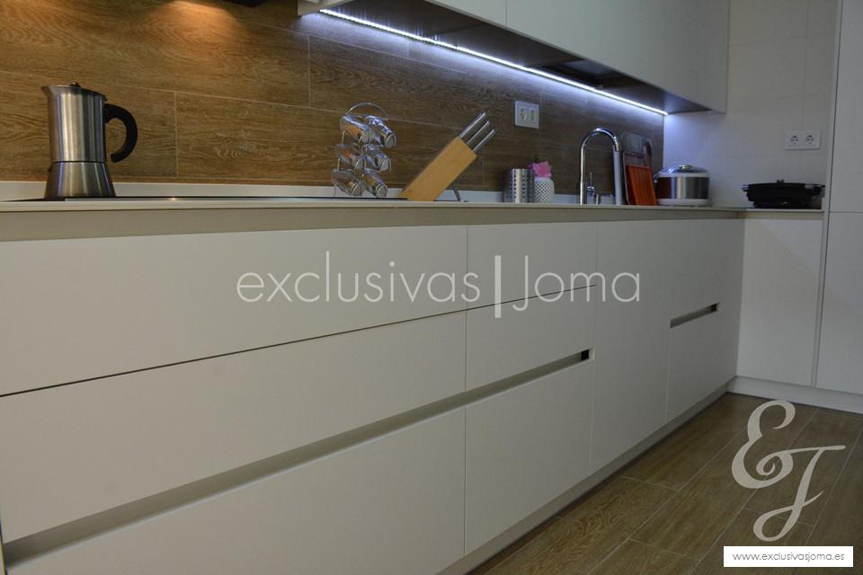 exclusivas-jomaantalia-cocinastecklamlevantinatechlam-blanco-de-dietrich-elica-campanasceramica-saloni-muebles-blancos-mate-8