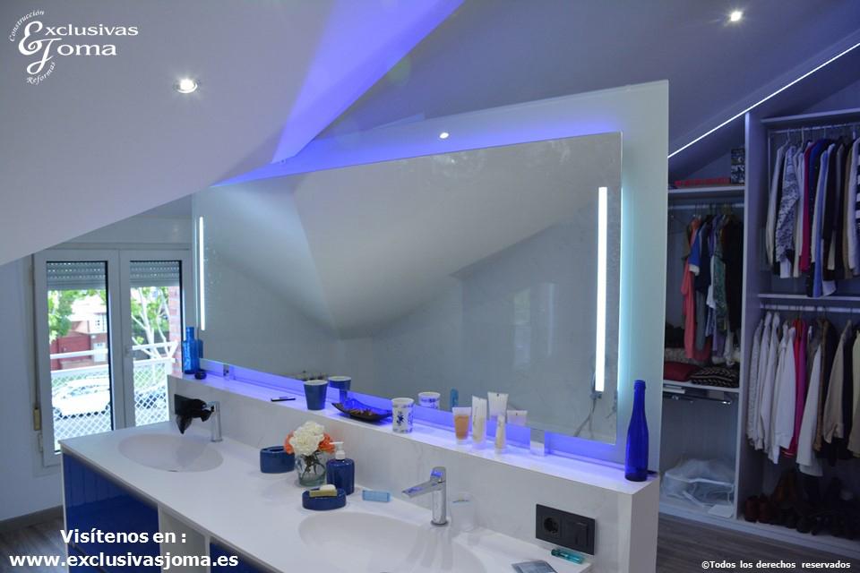 Reforma-en-Tres-Cantos-en-chalet-baño-reformado-con-bañera-Novellini-plato-de-ducha-antideslizante-muebles-de-baño-kyrya-a-medida-y-espejo-led-colores-griferia-tres-